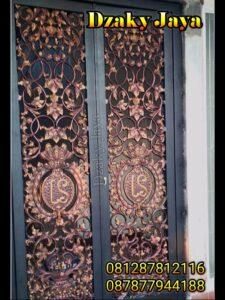pintu utama rumah dari material besi tempa